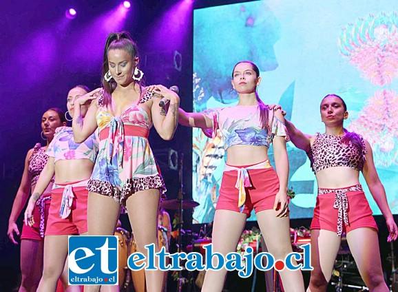 Con despampanantes chicas y excelentes coreografías se presentó Rosenthal en el 20º Festival Palmenia Pizarro.