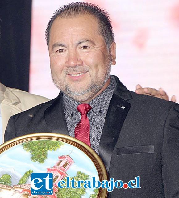 El animador Nelson Sagredo recibió un justo reconocimiento, él fue el primero en animar el primer festival allá en 1999.