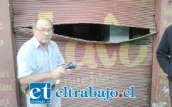 Acá vemos al propietario Olardo Guerra frente a la cortina que fue abierta como una lata de sardinas.