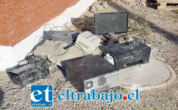 Computadores resultaron dañados tras el incendio que afectó a las oficinas de Bomberos de Santa María.