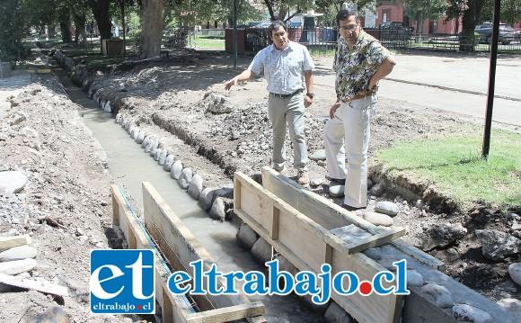 El Secpla Claudio Paredes junto al director de Obras Municipales, Claudio Díaz, inspeccionan el lugar donde se realizan los trabajos.