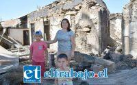 APENAS CON LO PUESTO.- Aquí vemos a doña Jaanelli Sánchez acompañada de sus dos retoños Diego y Benjamín, posando para nuestras cámaras en las ruinas del lugar donde arrendaban. Cuenta Rut: 19.459.515-8.