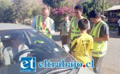 Jóvenes de la Agrupación El Porvenir junto al Seremi de Transportes Gerard Oliger y carabineros, entregando información a los automovilistas en la Ruta E-422.
