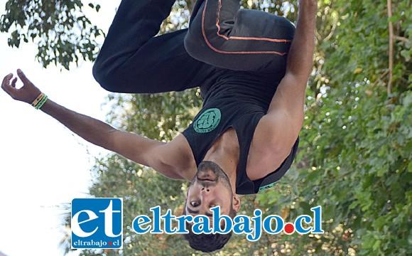 LOCURA DEPORTIVA.- Lucas Santos, de Brasil, hizo de las suyas volando por los aires, uno de los mejores del torneo.
