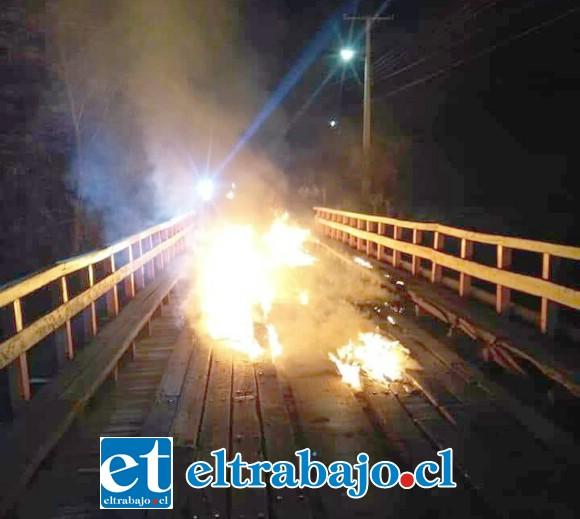 Momento exacto cuando el fuego consumía gran parte del «puente de los clavos de oro».