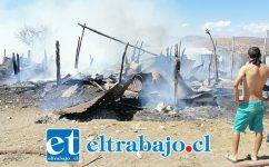Tal como lo muestra la imagen, el incendio destruyó por completo las viviendas de material ligero.