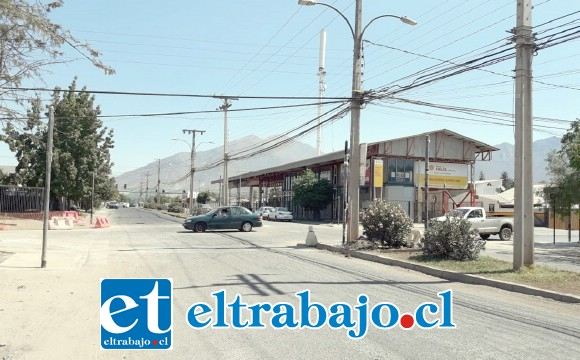 En calle Bernardo Cruz partiría el cambio de sentido de tránsito, ya que en el lugar, en la esquina con Hermanos Carrera, ya se están instalando semáforos.