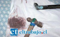 EXTREMA VIOLENCIA.- Con este martillo golpearon en la cabeza a una de sus víctimas estos falsos detectives PDI, luego le dispararon en su columna vertebral.