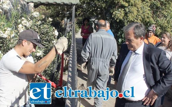PRIMEROS PASOS.- Funcionarios municipales desarrollaron ayer temprano una limpieza preliminar al antejardín de la vivienda de don Jorge San Martín.