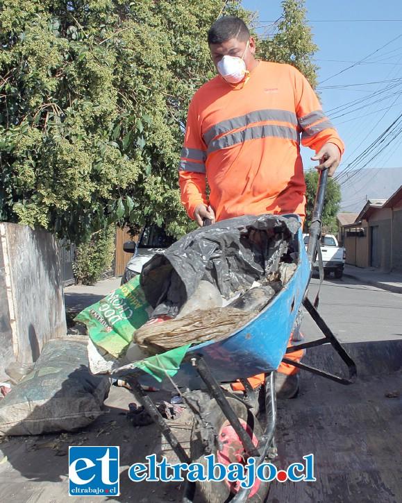 EN VARIAS ETAPAS.- Los escombros fueron depositados en una enorme caja recolectora que el Municipio dispuso para este operativo.