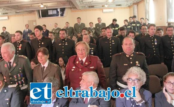 SON 136 AÑOS.- Gran cantidad de bomberos se hicieron presentes en el Teatro Municipal para honrar a su querida Bomba Aconcagua y al Cuerpo de Bomberos de San Felipe.