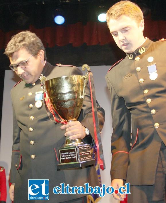 LOS MEJORES.- Camilo Jara Navarrete y Felipe Olfos Barrientos, ambos de la Cuarta Compañía, retienen la Copa que los destaca como ganadores de las de prácticas bomberiles Selim Tadres Amar.