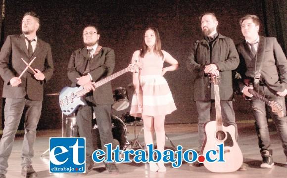 LA BANDA.- Ellos son Radio Lennon: Nicolás Cabrera como compositor, baterista y vocalista; Alfredo Herrera, también compositor y guitarrista; Anaís Estay, vocalista; Mauricio Cifuentes, en la guitarra, y Luis Vera en el bajo.