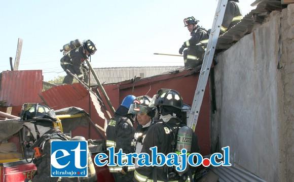 Las cámaras de Diario El Trabajo captan el momento en que los bomberos destechan la vivienda para poder controlar efectivamente el fuego en proceso.