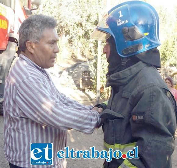 UN HÉROE REAL.- Aquí vemos a don Hernán Villalobos siendo abordado por un bombero, luego de rescatar de las llamas a su vecino.