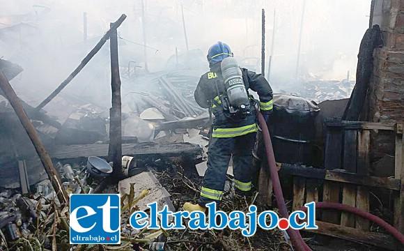 PÉRDIDAS TOTALES.- Cuando los bomberos llegaron al lugar ya nada se podía hacer para evitar la destrucción total del inmueble.