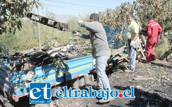 LIMPIANDO TODO.- Personal municipal trabajó ayer en remoción de escombros, para pronto empezar a determinar cómo se creará otra vivienda en el lugar.