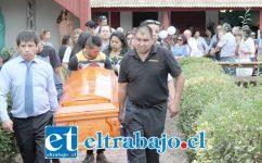 LA DESPEDIDA.- Cerca de 300 personas participaron ayer en las obras fúnebres de don Aurelio 'Maravilla' Valenzuela, en La Troya.