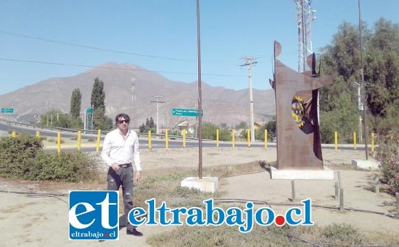 Juan Carlos Monasterio ubicado en la Rotonda Monasterio a la entrada de San Felipe, donde se van a colocar los paneles fotovoltaicos.