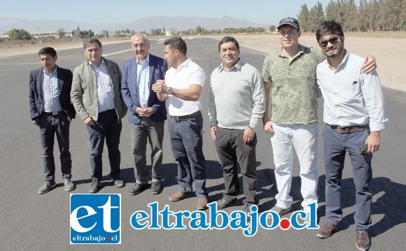 REVISIÓN FINAL.- Una comitiva de trabajo en terreno recorrió la pista de aterrizaje del Aeródromo Víctor Lafón de San Felipe, la que será reinaugurada el próximo 12 de abril.