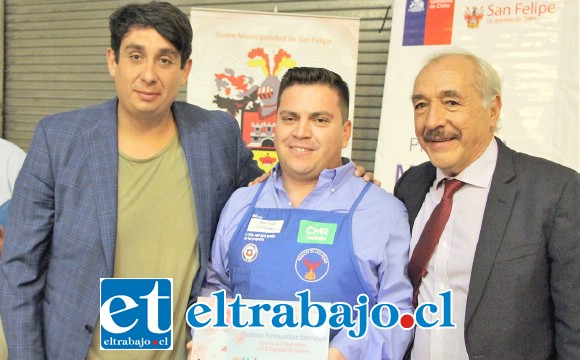 El alcalde Patricio Freire y el concejal Mario Villanueva junto al gerente de la sucursal de Sodimac, Héctor Cepeda.