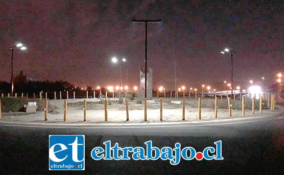 ROTONDA ILUMINADA.- Así luce la Rotonda Monasterio a partir de este lunes, no representa un gasto en electricidad, porque son a energía solar.