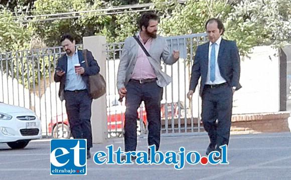 A la izquierda los dueños de Pixel junto a su abogado entrando al patio del tribunal luego de un receso.