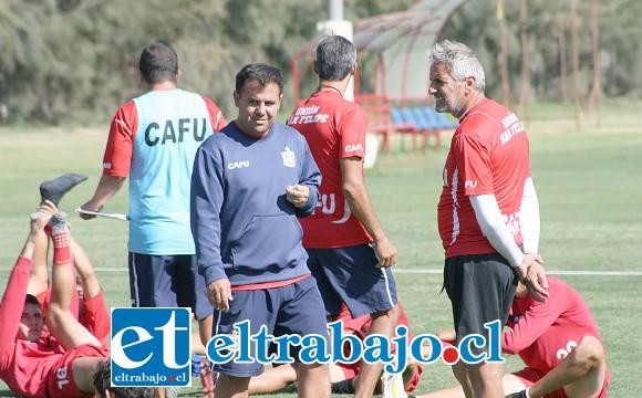 Mauro Peralta dirigiendo una práctica del primer equipo del Uní Uní.