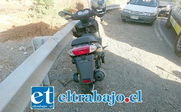La conductora circulaba en esta motocicleta sin sus placas patente ni licencia para conducir.
