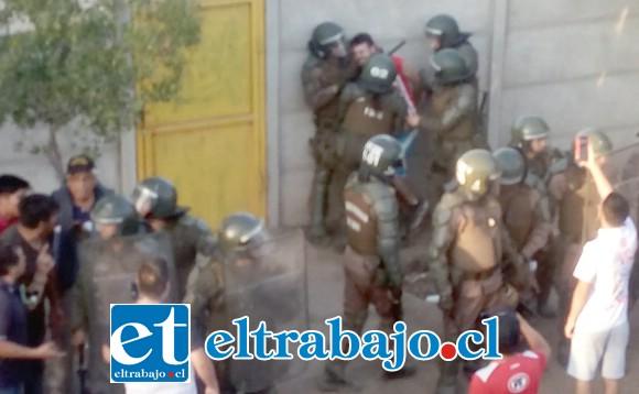 Numeroso personal policial durante la detención del joven acusado de golpear a una mujer carabinero.