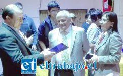 SIEMPRE AGRADECIDOS.- Al final de la actividad la directora del Roberto Humeres, Patricia Pimentel, hizo entrega junto al concejal Dante Rodríguez, de un galvano al legendario deportista.