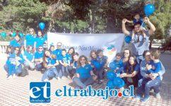 Los padres, profesores y niños celebrando el Día Internacional de la Concienciación del Autismo.