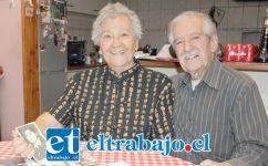 TREMENDA PAREJA.- Ellos son don Luis 'Pitico' Díaz, y su digna esposa doña Celia González, sacando removiendo sus recuerdos con estas fotografías.