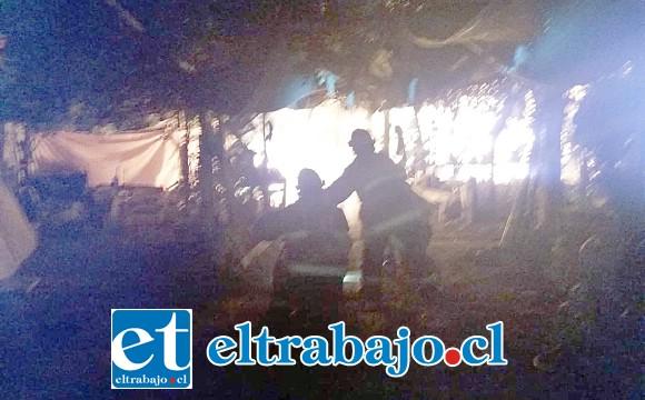 El incendio se originó cerca de las 22:40 horas de este lunes. (Fotografías: Emergencias Santa María).