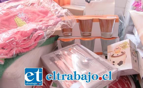 PARA ESTE BINGO.- Ropa de cama, línea blanca, juguetes, electrodomésticos y dinero en efectivo son los donativos ya en poder de Fernanda.