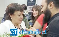 ELLA LA LLEVA.- Colegas, amigos y familiares de Esmeralda se acercaron a la escritora para felicitarle personalmente.