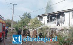 Bomberos debió trabajar rápidamente para combatir el incendio que destruyó por completo la vivienda de dos pisos.