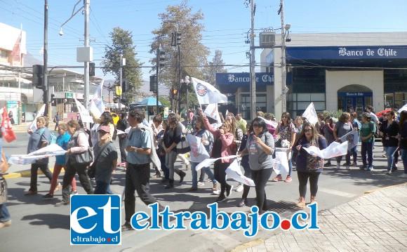 Tras reunirse en el odeón los manifestantes dieron una vuelta alrededor de la plaza de armas para llegar a la plaza cívica donde culminaron con discursos y la participación de un artista local.