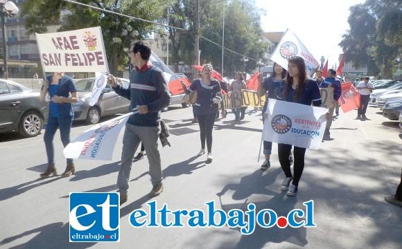Asistentes de la educación también presentes en la marcha.