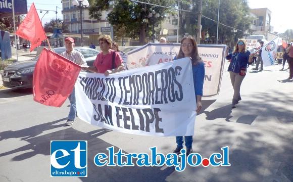 Representantes de los temporeros, en la imagen la presidenta de la CUT provincial, María Cuellar, y la presidenta de la UNCO Panquehue, Patricia Salas.