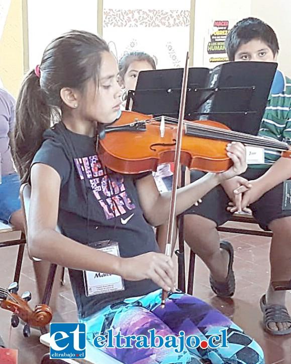 ¡GRANDE MAITE!- Maite Isidora Paéz Cortez, con apenas 8 años de edad, ya sabe tocar el violín y alegra musicalmente su mundo.