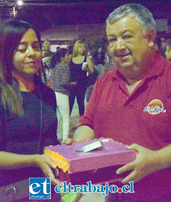 TRANSPARENCIA.- Don Eduardo Muñoz hizo entrega frente a nuestras cámaras del dinero recaudado este domingo para Fernanda.