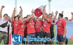 Jugadores de la serie de honor de Almendral Alto levantan la imponente copa del Afava 2019.