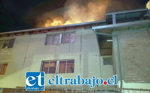 Una verdadera corona de fuego sobre el block de departamentos. Las llamas se fueron propagando por el entretecho, causando daños a departamentos vecinos.