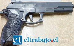 Carabineros incautó esta pistola plástica a balines utilizada para cometer el delito en la comuna de Santa María.