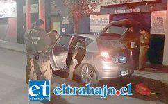 Personal de Carabineros revisa el automóvil empleado por los delincuentes para concretar el robo en las oficinas de la empresa telefónica.