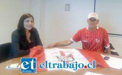 La Seremi del Deporte Quinta región, Ruth Olivera, junto a Víctor 'Vitoko' Urbina, sentados a la mesa tratando el tema del estadio municipal de San Felipe.