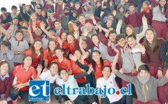 LOCURA POR EL VÓLEY.- Aquí vemos a las chicas voleibolistas del Liceo Cordillera, posando con los niños de la Escuela Guillermo Bañados para las cámaras de Diario El Trabajo.