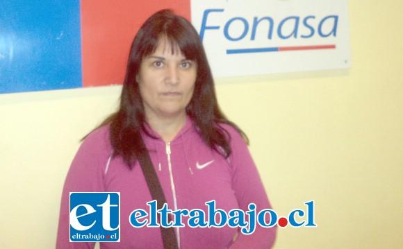 Alejandra Prado, madre de Leonel, en las dependencias de Fonasa, institución que no apeló al fallo de la corte que la obliga a financiar el tratamiento que 500 millones de pesos al año.