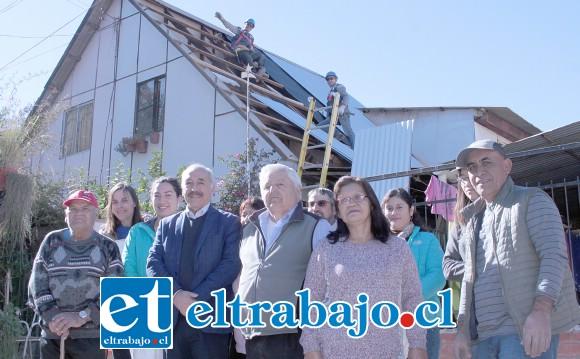NO MÁS ASBESTO.- Vecinos de Las 4 Villas están muy contentos con el cambio de techumbre en sus viviendas, también el cableado eléctrico en sus casas está siendo renovado.